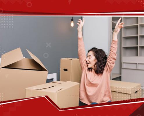 mulher com braços para cima em meio a um monte de caixas