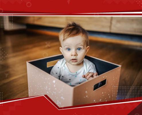bebê em uma caixa